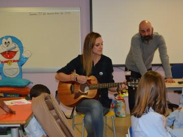 Conchita reparte besos redondos en el Hospital Príncipe de Asturias