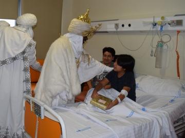 Los niños ingresados reciben la visita de los Reyes Magos