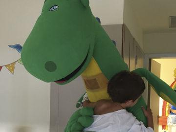 Mon el Dragón visita el Hospital Infanta Sofía de Madrid