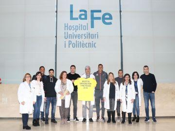 Jugadores del Villarreal CF visitan el área de Oncología Pediátrica del Hospital La Fe