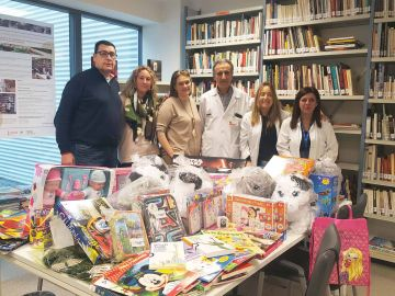 El Hospital La Fe recibe una donación de juguetes de la Asociación 'Hasta la médula con Salva'