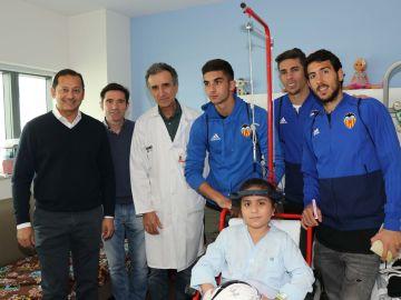 El Valencia CF visita las salas de atención pediátrica del Hospital La Fe