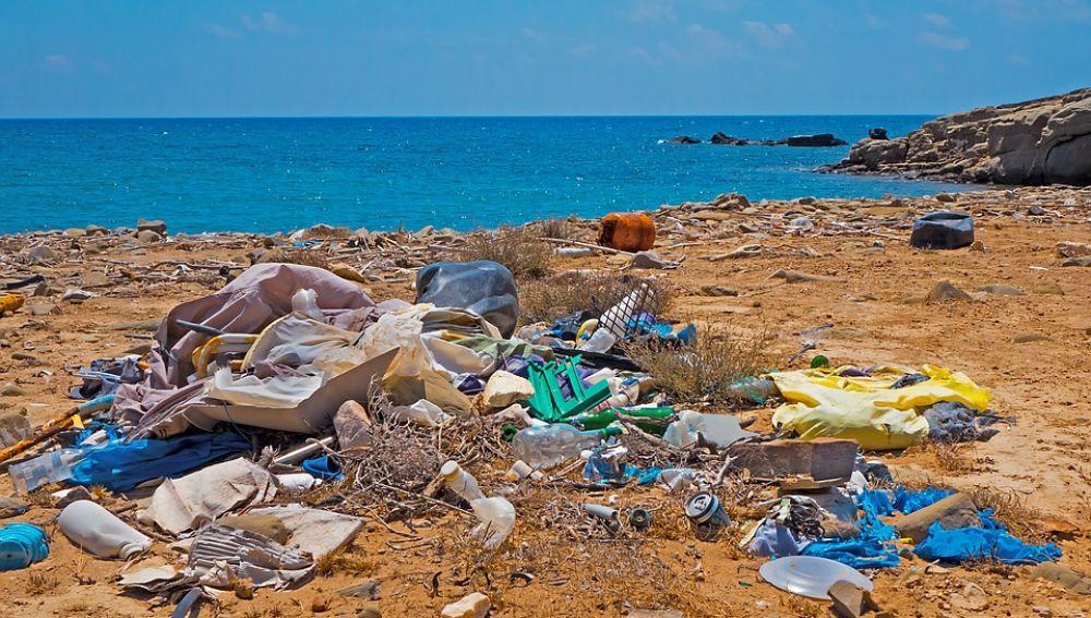 Imagen de archivo de residuos en una playa