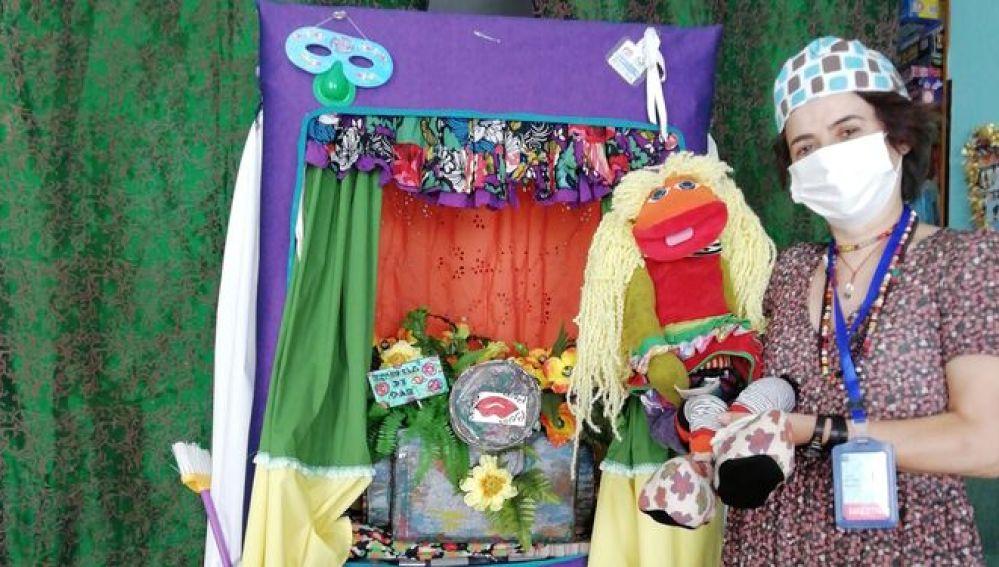 Mercedes Ortiz, maestra del Aula Hospitalaria, y la mascota 'Mom'