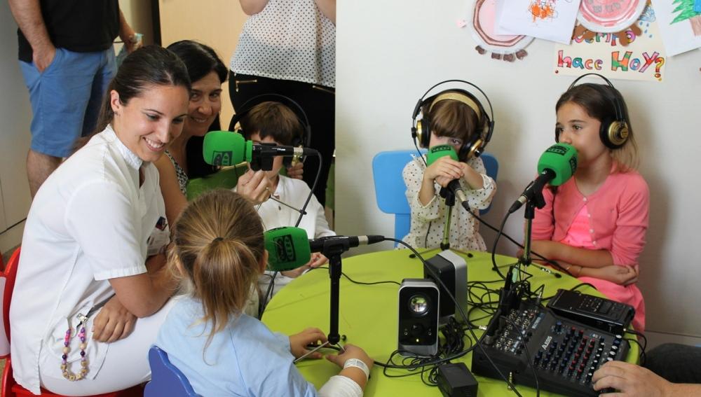 Entrevista a una enfermera en el taller de radio para los niños ingresados en el hospital del Vinalopó de Elche.