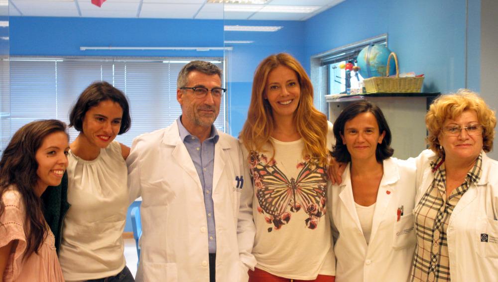 Paula Vázquez regala besos a los niños del Hospital Clínico Universitario de Santiago