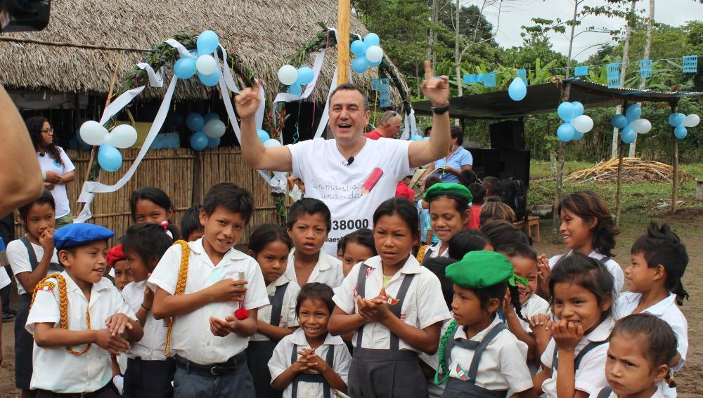 Roberto Brasero, embajador de 'Un maestro, una vida',  se rodea de niños en Perú