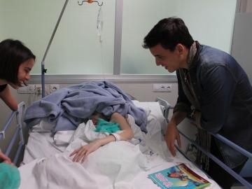 La ilusión y el encanto de Xuso Jones llega a los niños del Hospital de Torrevieja