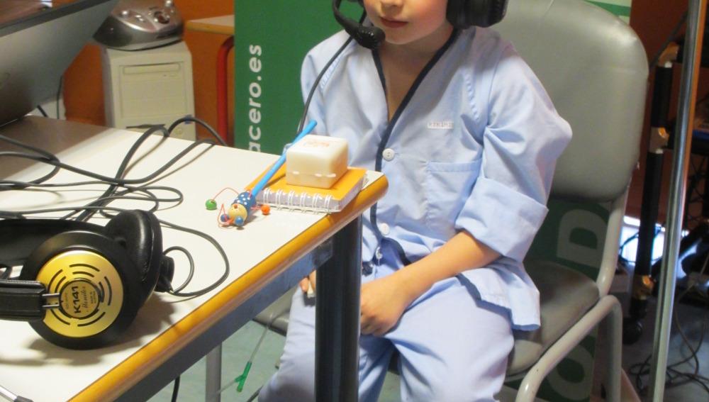 Uno de los niños participantes en el taller de radio en el Hospital General 'La Mancha Centro'