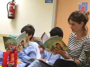 Los niños del Hospital Ramón y Cajal de Madrid reciben la visita de Manuela Velasco