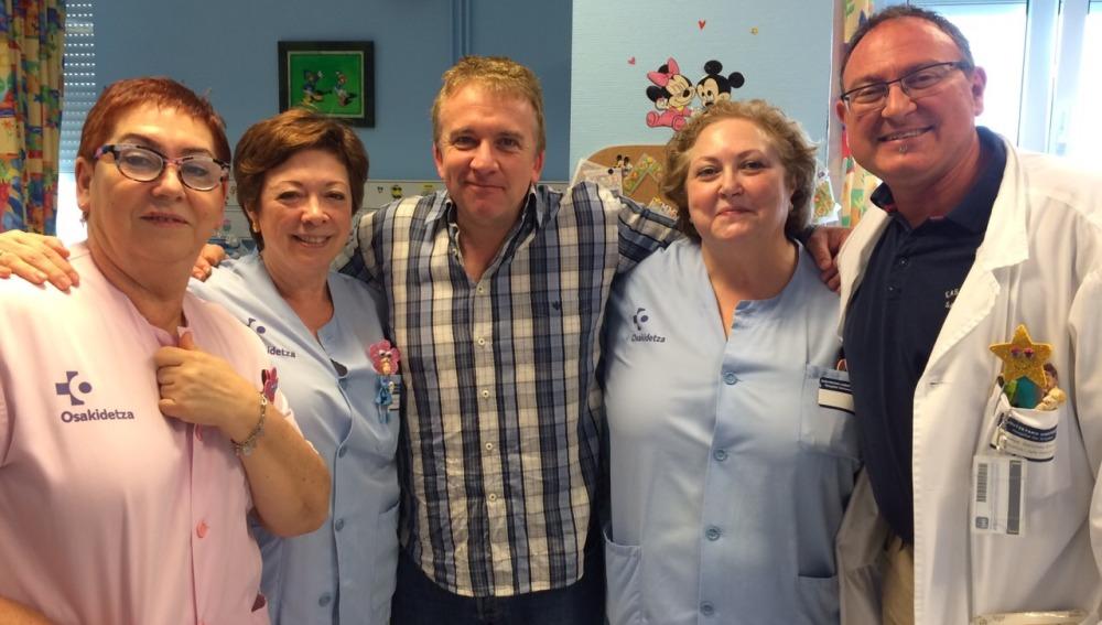 Óscar Terol reparte sonrisas a grandes y mayores en el Hospital de Cruces de Bilbao