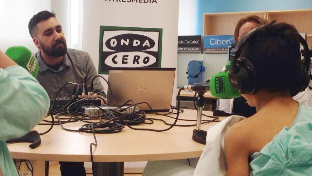 Los niños del Hospital Materno Infantil de Badajoz disfrutan de los talleres de radio de Onda Cero