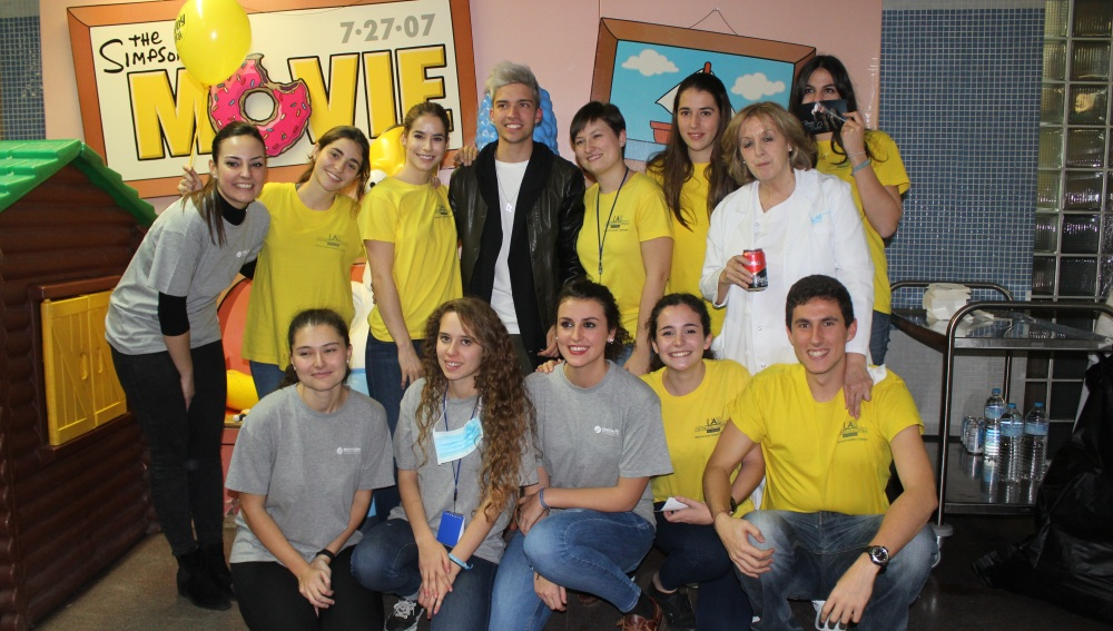 Borja Rubio pone ritmo a la fiesta de Navidad del Hospital La Paz
