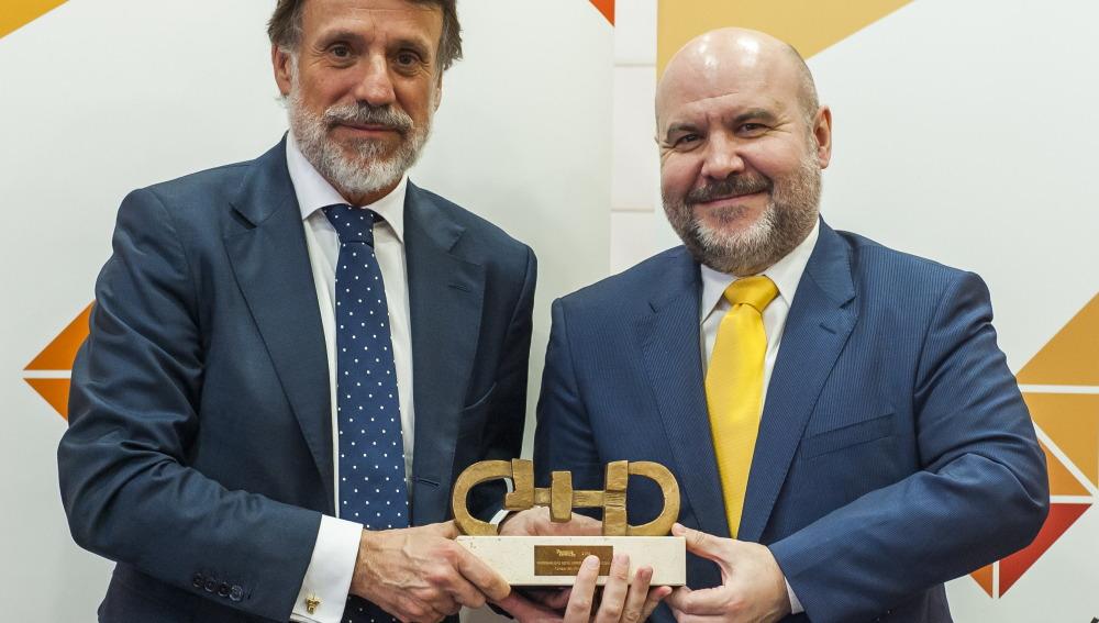 José Creuheras, ha recogido el galardón que ha entregado Luis Cayo, presidente del CERMI.