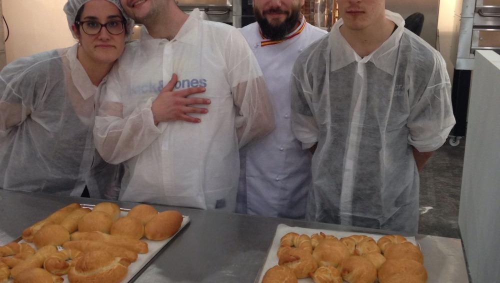 Jóvenes con discapacidad intelectual participan en un taller de panadería