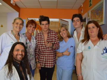 Los niños del Hospital Virgen de la Macarena cantan y bailan al ritmo de Gemeliers