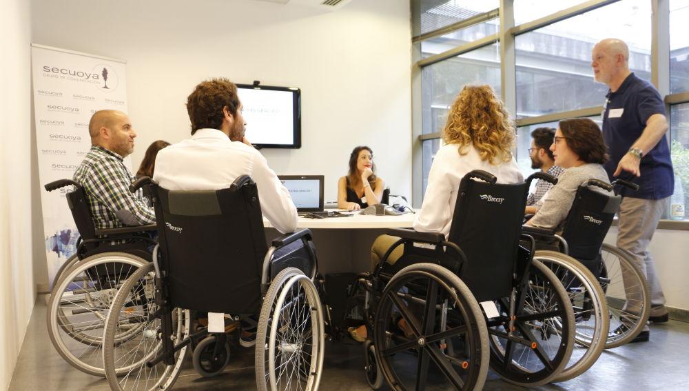 Los empleados del Grupo Secuoya se ponen en la piel de personas con discapacidad