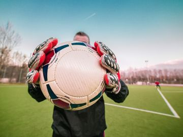 Deportistas y artistas participan en un partido de fútbol benéfico a favor de la investigación del cáncer infantil