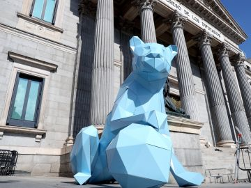 Una leona de cartón en la puerta del Congreso para conmemorar el Día Internacional de la Niña
