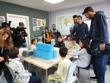 Los finalistas de la Copa del Rey de Baloncesto visitan a los niños ingresados en el Hospital 12 de Octubre