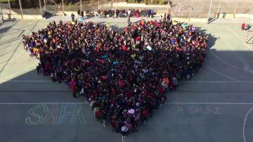 Los niños del colegio Sagrada Familia de Madrid lanzan sus besos el Día del Niño Hospitalizado