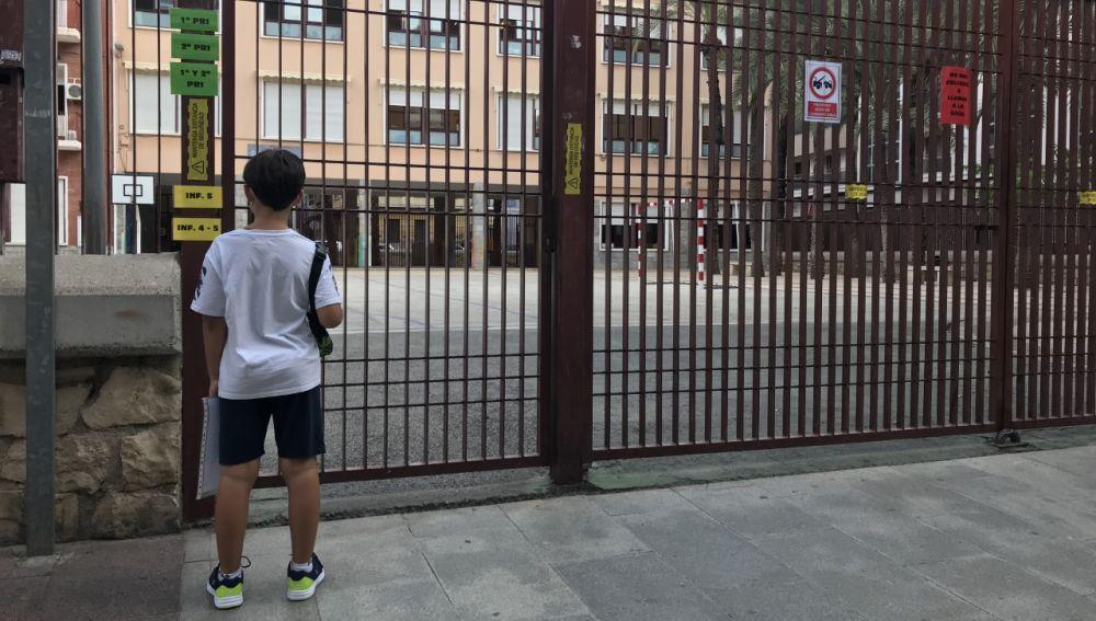 Un niño en la vuelta al cole 2020-2021 en Elche.