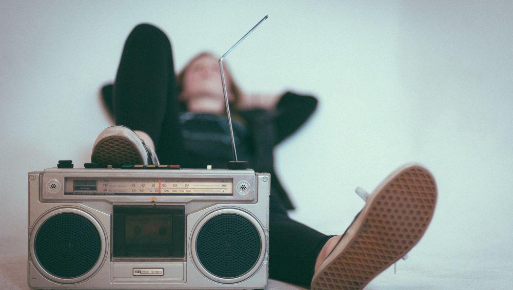 Joven escuchando la radio