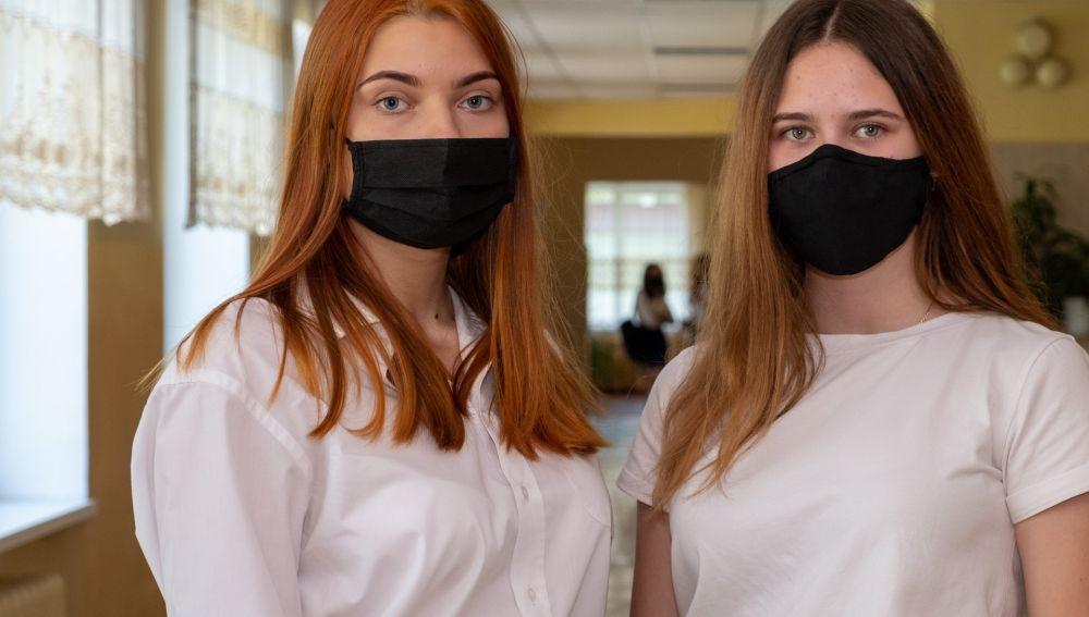 Alumnas con mascarilla