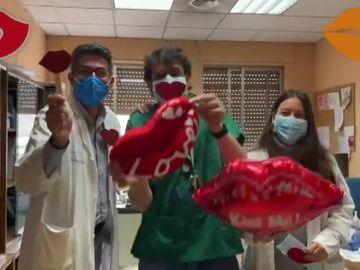 Miles de besos en un recorrido por el Hospital Universitario de Ourense